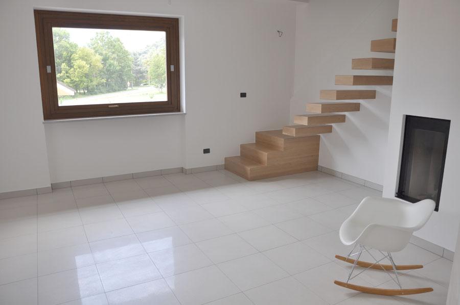 dettaglio della zona soggiorno con scala di accesso al piano superiore