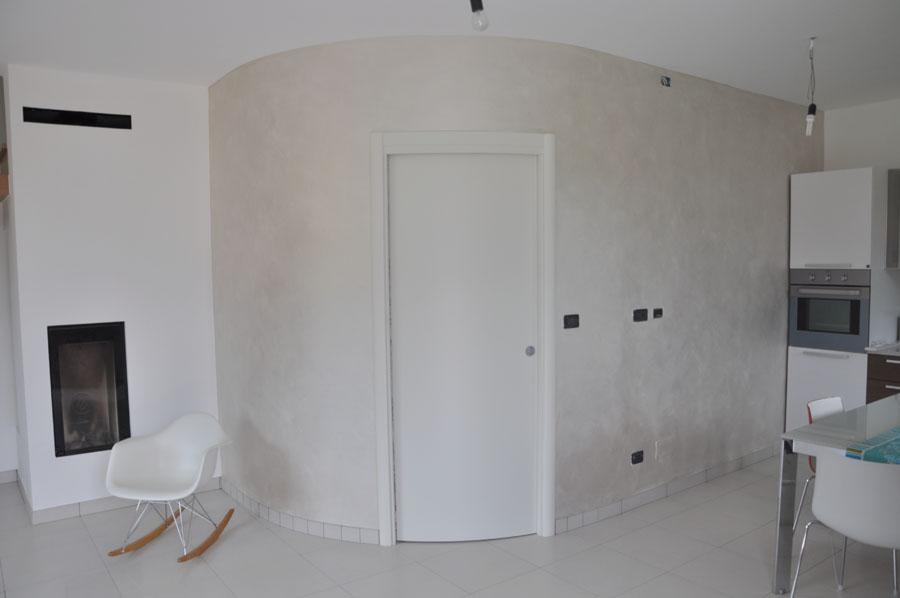 dettaglio della parete curva con porta scrigno