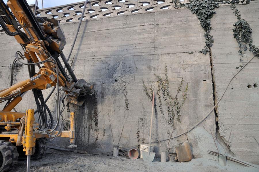 vista della frattura del muraglione esistente