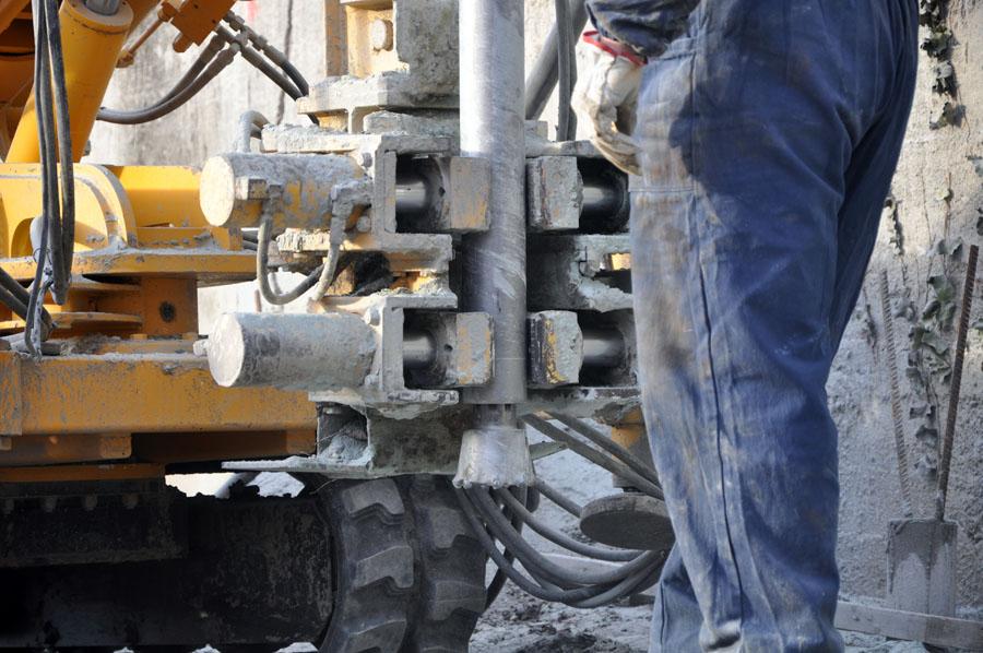 realizzazione dei fori nel muraglione esistente