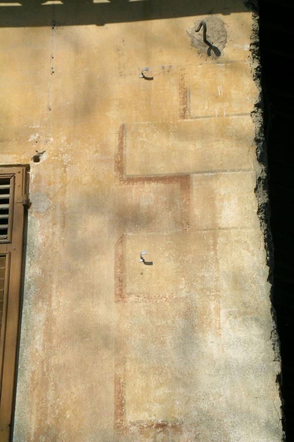 dettaglio della facciata della casa parrocchiale di Caprie prima dell'intervento