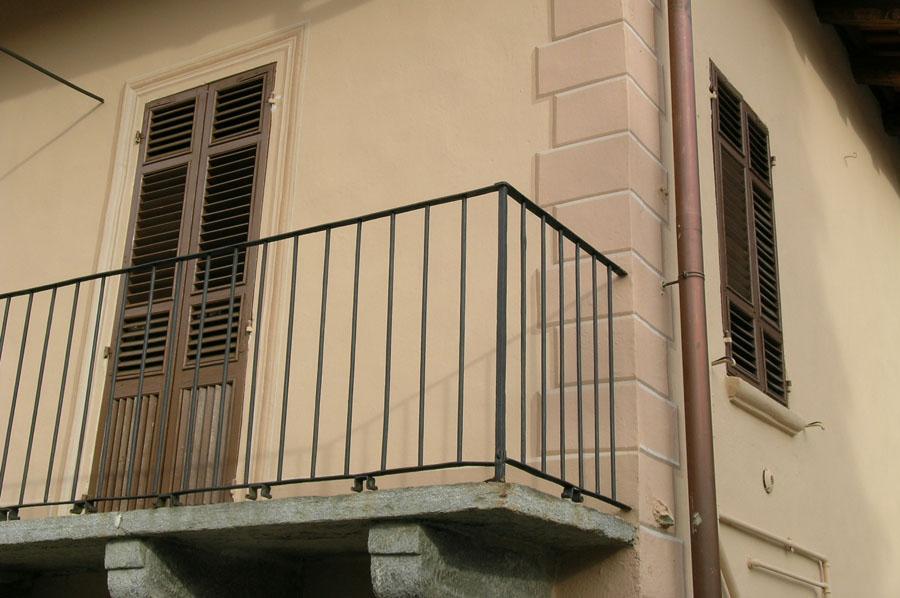 dettaglio della facciata della casa parrocchiale di Caprie dopo l'intervento