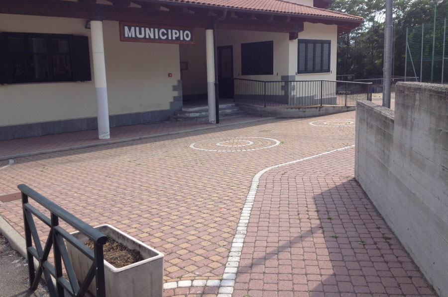 dettaglio degli autobloccanti davanti all'edificio del Municipio di Caprie